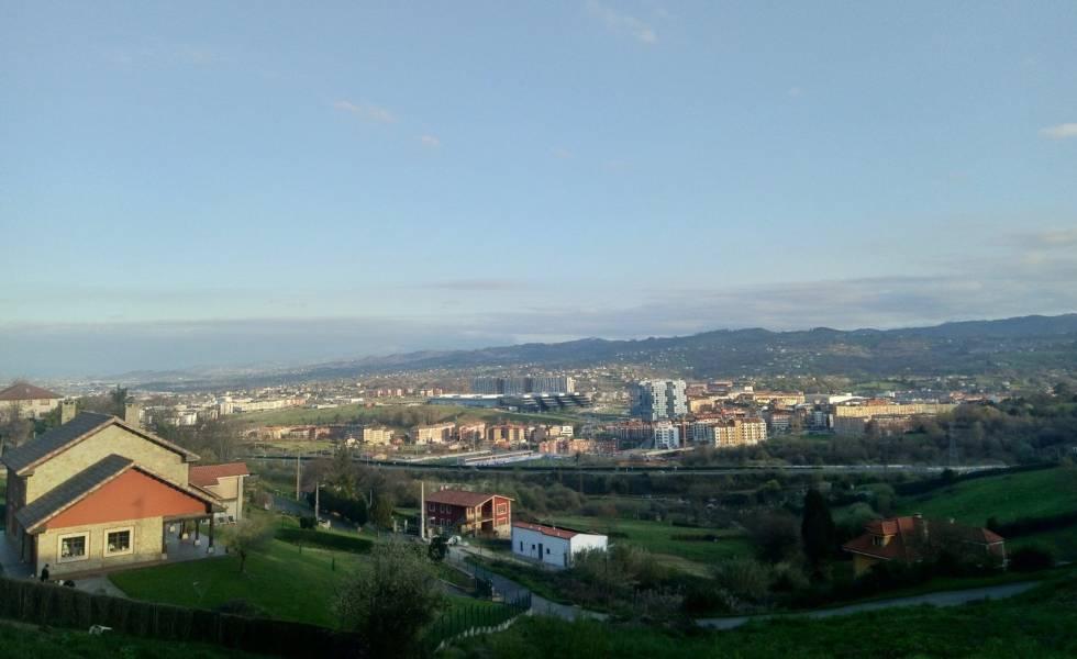 Vue panoramique sur la périphérie d'Oviedo (Asturies).